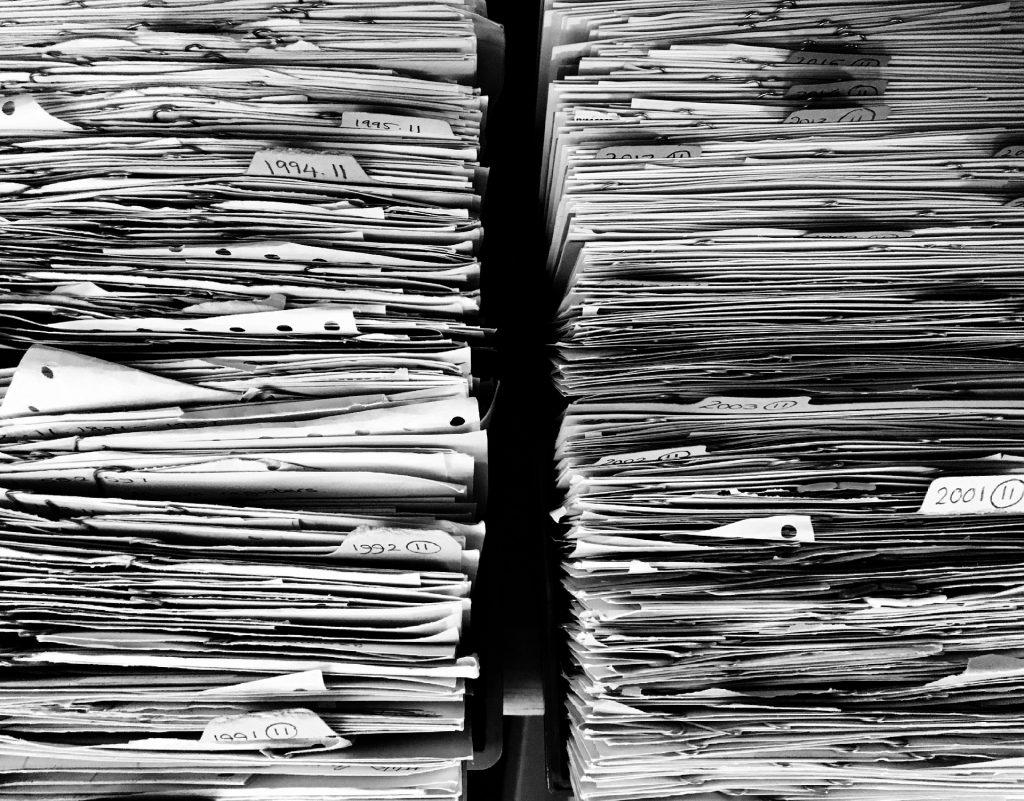 pile de papiers et dossiers encombrants