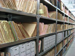 Une salle d'archives avec des dossiers papier