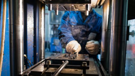 Ouvrier en train de travailler sur une machine pour les élastomères