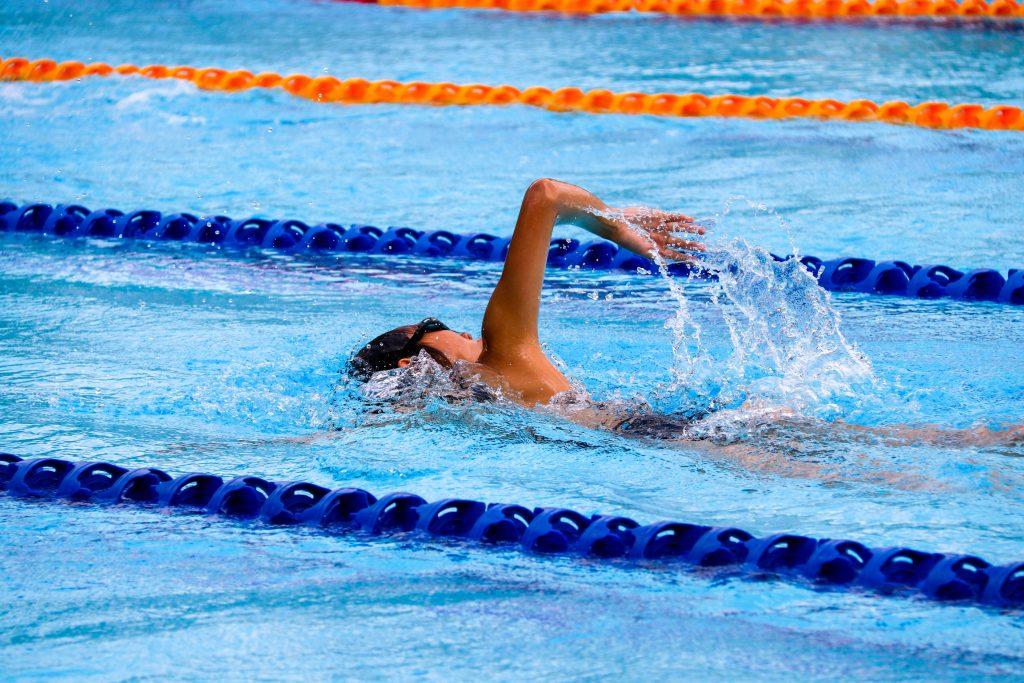 Une personne nageant dans une piscine