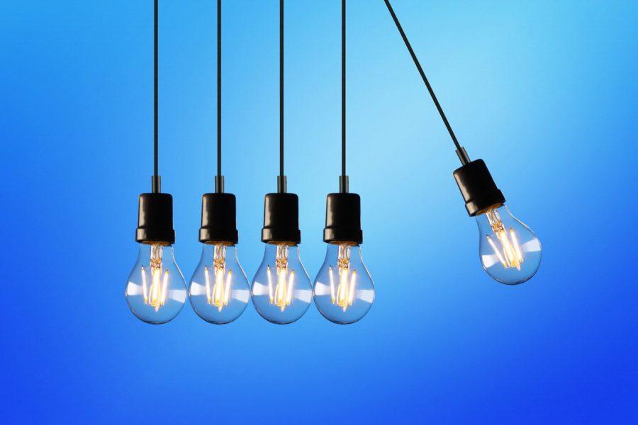 Ampoules sur fond bleu
