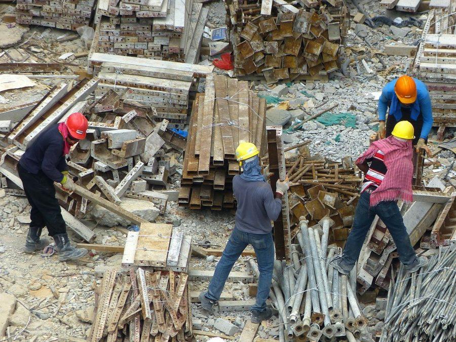 trois ouvriers sur un chantier