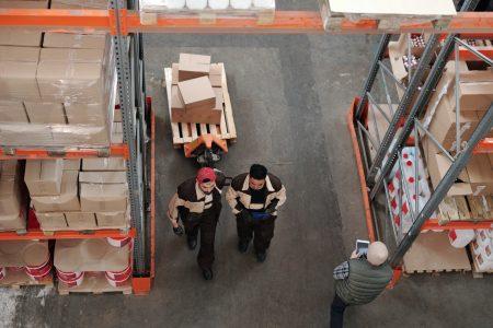 employés d'un entrepôt de logistique